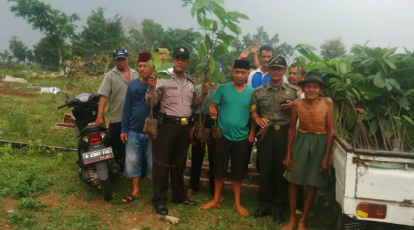 Tiga Pilar Desa Cibening, Kecamatan Setu, saat melakukan penanaman pohon kakao untuk penghijauan.[RAD]