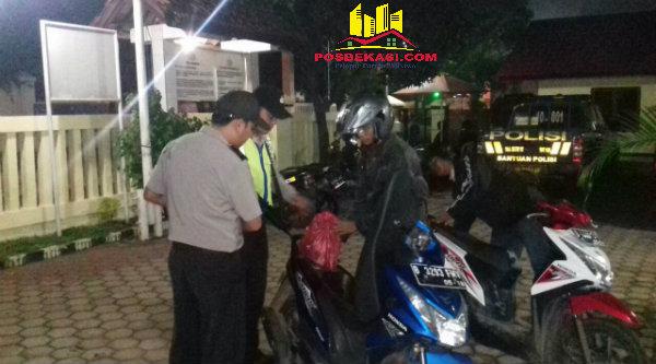 Pengendera sepeda motor digeledah oleh petugas Polsek Setu yang menggelar Opersi Cipta Kondisi menjelang Sahur pada Minggu (12/6/2016) dinihari.[RAD]