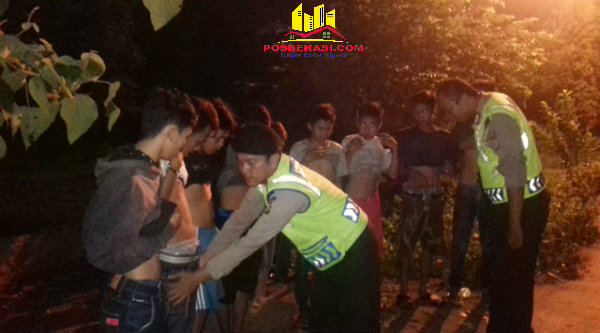 Belasan remaja yang mengenderai sepeda motor digeledah oleh petugas Polsek Setu yang menggelar Opersi Cipta Kondisi menjelang Sahur pada Minggu (12/6/2016) dinihari.[RAD]