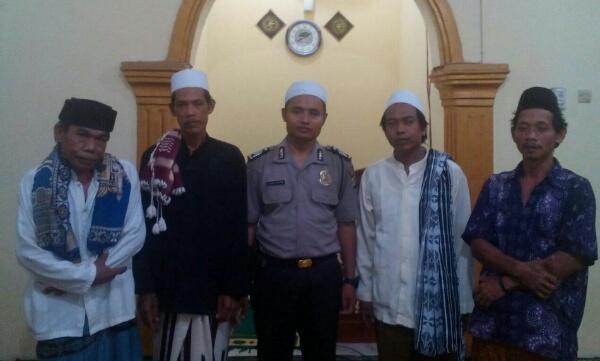 Bripka Asfar Arochim bersama tokoh masyarakat Desa Cijengkol.[IMA]