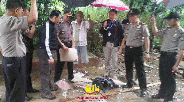 Kapolresta Bekasi Kombes Pol M Awal Chairuddin, Kabag Ops Kompol YS. Muryono dan Kapolsek Setu AKP Agus Rohmat, meneliti kertas pembungkus nasi yang berserakan dari paket yang dicurigai bom setelah diledakan Tim Gegana Polda Metro Jaya.[YAN]