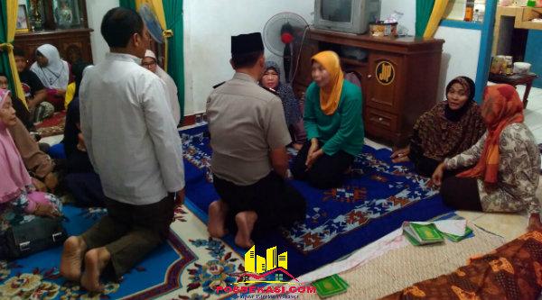 Kapolsek Setu AKP Agus Rohmat saat melayat almarhum Bripka Anton Supardi langsung menyampaikan belasungkawa kepada istri almarhum pada Sabtu (4/6/2016) malam.[IDH]