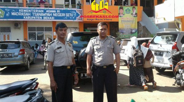 Binmaspol Desa Lubangbuaya Aiptu Paimun dan Bripka Dery Luvi mengawal pengamanan di MTsN Setu.[PRJ