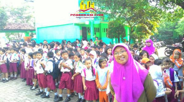 Para murid yang mendapatkan zakat SDN Padurenan 1, Selasa (21/6/2016).[HSB]
