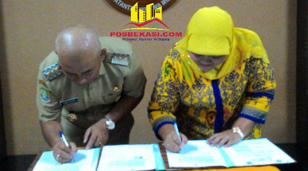Walikota Bekasi Rahmat Effendi dan Bupati Bekasi Neneng Hasanah Yasin saat menandatangani pemisahan aset PDAM Tirta Patriot, Senin (13/6/2016).[IDH]