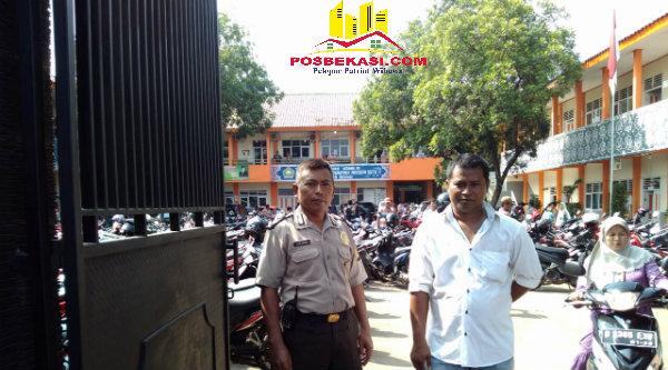 Kasi Humas Setu Aiptu Parjiman turun mengendalikan pengamanan di MTsN Setu.[PRJ]