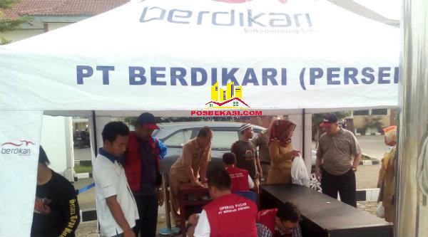 PT Berdikari menggelar pasar murah daging sapi di depan Kantor Camat Tarumajaya, Selasa (14/6/2016).[IDH]