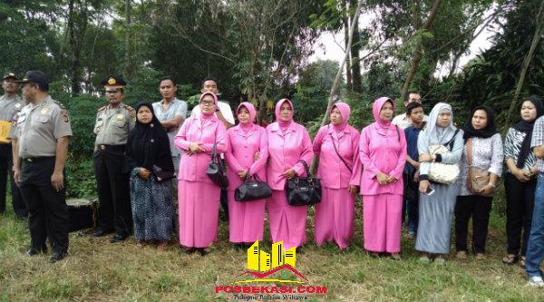 Para Bhayangkari turut dalam upacara militer pemakamaan Bripka Antonius Supardi di Tanah Makam Yayasan Pelita Melati Cijengkol, Setu, Minggu (5/6/2016).[IDH]