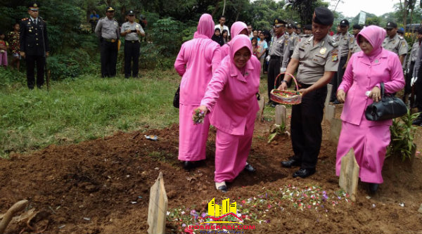 Tabur bunga dari Bhayangkari pemakamaan Bripka Antonius Supardi di Tanah Makam Yayasan Pelita Melati Cijengkol, Setu, Minggu (5/6/2016).[IDH]