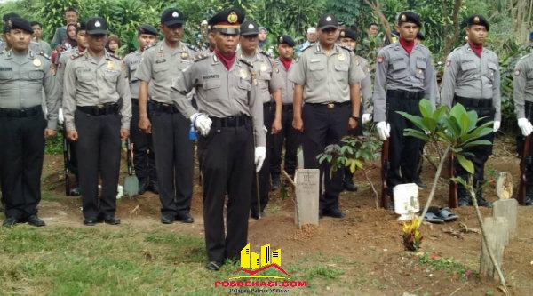 Ipda Herunanto menjadi komandan upacara militer pemakamaan Bripka Antonius Supardi di Tanah Makam Yayasan Pelita Melati Cijengkol, Setu, Minggu (5/6/2016).[IDH]