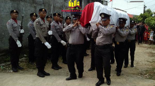 Anggota Polresta Bekasi dan Polsek Setu membawa jenazah Bripka Antonius Supardi untuk dimakamkan di Tanah Makam Yayasan Pelita Melati Cijengkol, Setu, Minggu (5/6/2016).[IDH]