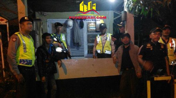 Patroli Mobile Polsek Setu dan Pokdar Kamatibmas sambangi pos keamanan GMM di Desa Lubang Buaya.[IMA]