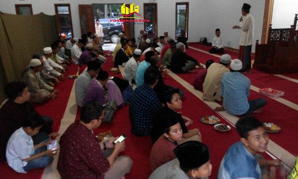 Ketua Yayasan Pondok Pesantren Al Marhamah, Ustadz H Subhansyah, memberi tausyiah pada persemian Masjid Khulafaur Rasyidin dan Rumah Tahfizhul Quran, Minggu (12/6/2016).[RAD]