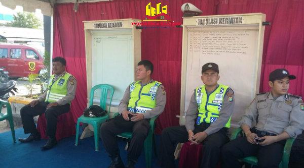 Anggota Polsek Setu Aiptu Edison Sitorus dan  Aiptu Yulianto bersama anggota Polresta Bekasi saat bertugas di Posko Mudik.[RAD]