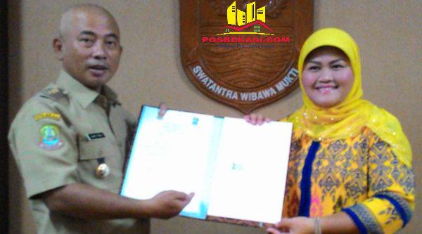 Walikota Bekasi Rahmat Effendi dan Bupati Bekasi Neneng Hasanah Yasin bertukar naskah penandatanganan pemisahan aset PDAM Tirta Patriot, Senin (13/6/2016).[IDH]