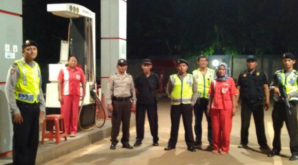 Patroli Mobile pengamanan Ramadhan melakukan pemantauan SPBU ynag buka 24 jam.[IMA]