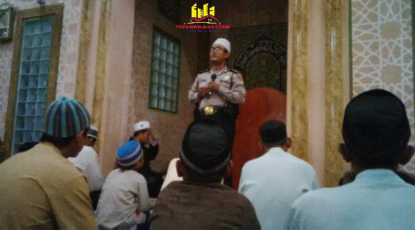 Bripka Jaka Setiawan menyampaikan pesan kamtibmas saat tarling di Masjid Jamie Nurul Hidayah, Kampung Rawa Atug, RT02/05, pada Sabtu (11/6/2016) malam.[HSB]