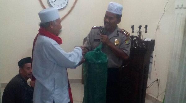 Wakapolsek Setu Iptu H Yamin menyerahkan karpet sajadah kepada Ketua DKM Masjid Al Mujahidin, Ustadz Nemad.[HSB]