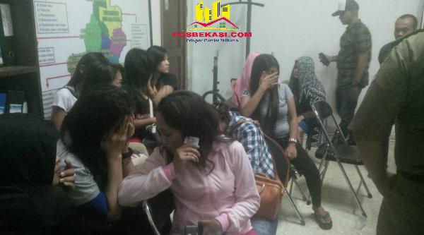 Wanita penghibur terjaring razia Satpol PP Kota Bekasi.[IDH]