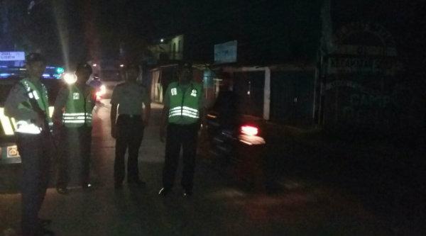 Tim Patroli Mobile Polsek Setu berjaga-jaga usai menghalau aksi  tawuran diperbatasan dengan Kecamatan Cikarang Barat pada Kamis (16/6/2016) dinihari.[HSB]