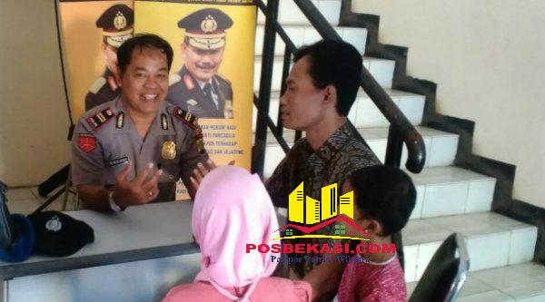 Kasi Humas Polsek Tambun Iptu Tri Mulyono bersama orangtua LNR saat melaporkan peristiwa pencabulan terhadap putrinya.[IDH]