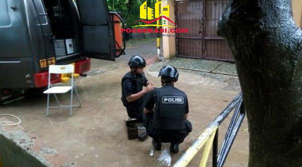 Tim Gegana Polda Metro Jaya saat menjinak paket yang diduga berisi bom di Perumahan Taman Rahayu Regensi 2, RT02/07, Desa Taman Rahayu, Kecamatan Setu.[YAN]