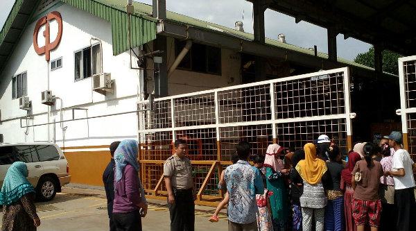 PT Gearindo Prakarsa bagi-bagi sembako dan zakat pada ratusan warga Tamansari,Setu, Kabupaten Bekasi.[RAD]