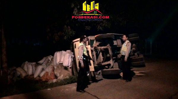 Anggota Polisi saat mengevakuasi sopir truk yang terguling.[IDH]
