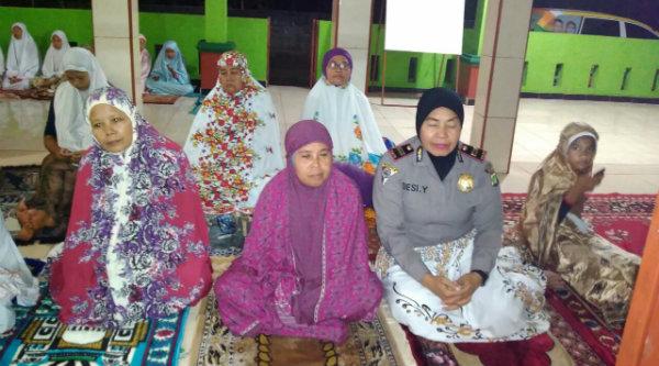 Kanit Binmas Iptu Desy Yulhasri saat mengikuti Tarling Muspika di Masjid At Taqwa, Kampung Cigebang, Senin (13/6/2016) malam.[IDH