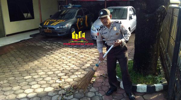 Tanpa rasa malu dan tanpa berharap penilaian dari pimpinan, Aiptu Parjiman, memberikan contoh positif bagi anggota Polri yang pada 1 Juli 2016, genap berusia 70 tahun.[SOF]
