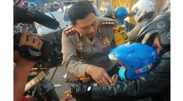 Kapolresta Bekasi Kombes Pol M. Awal Chaiudin saat menyapa anak pengendera sepeda motor yang hendak mudik di jalur Bekasi.[YAN]