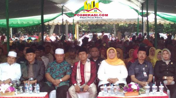 Bupati Bekasi Neneng Hasanah Yasin saat Halal bi Halal dengan 1000 warga di Lapangan Bola Rawa Glagah, Kampung Cisaat, Kecamatan Setu, Kabupaten Bekasi, Selasa (19/7/2016).[RAD]