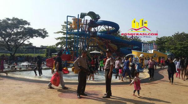 Anggota Polsek Setu amankan rekreasi air di Perumahan Grand Residen.[IMA]