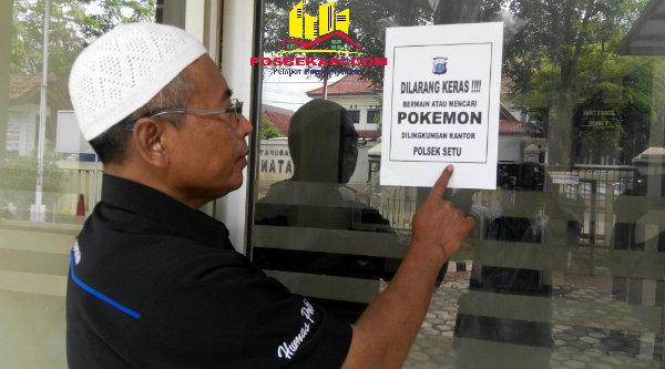 Kasi Humas Polsek Setu Aiptu Parjiman menempel larangan bermain Pokemon Go sesuai surat telegram Kapolri Jenderal Pol Tito Karnavian.[RAD]