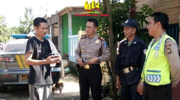 Kapolsek Setu AKP Agus Rohmat berdialog dengan warga dan petugas Satpam saat memantau langsung rumsong diberbagai perumahan di Kecamatan Setu, Kabupaten Bekasi, Senin (4/7/2016).[HSB]