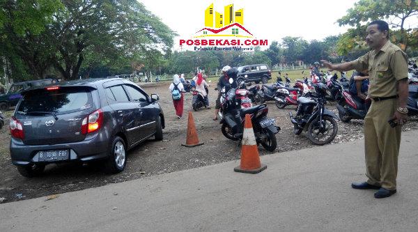 Kepsek SDN Padurenan 1, Jomin Jamaludin, tidak segan-segan turun langsung ke lapangan mengatur parkir kenderaan pengantar anak ke sekolah.[SOF]