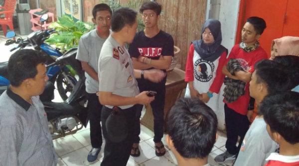 Kapolsek Setu AKP Agus Rohmat didampingi Kanit Intel Setu, Aiptu Suroso memberi arahan kepada The Jakmania yang akan berangkat nobar ke Jakarta.[RAD]