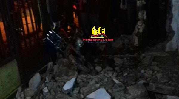 Sepeda motor korban tabrak lari, Ardi dan Aryo Bintoro, tewas saat menabrak tembok rumah warga hingga hancur di tikungan rawan Cikarageman, Setu, Kabupaten Bekasi.[RAD]