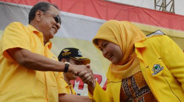 Fungsionaris Partai Golkar, Mohamad S Hidayat dan Ketua DPD Partai Golkar Kabupaten Bekasi Neneng Hasanah Yasin pada kampanye di Lapangan Pasifik, Cikarang Utara, Bekasi, pada 4 April 2014 lalu.[IST]