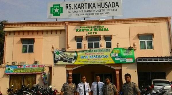 Pengamanan posko pengaduan vaksin palsu di RS Kartika Husada Bekasi.[IST]