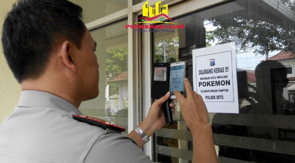 Kapolsek Setu AKP Agus Rohmat memperlihatkan sosialisasi larangan bermain Pokemon Go di Mapolsek Setu sesuai surat telegram Kapolri Jenderal Pol Tito Karnavian.[RAD]