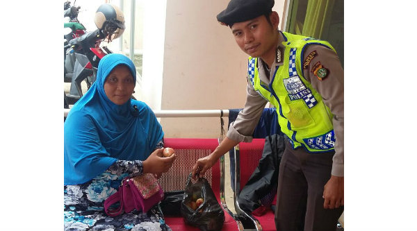 buy online 156e9 9ba8f Bripka Abiryantoni saat menyerahkan jambu pada ibu hamil yang mengidam buah  jambu di Polsub Sektor BTR
