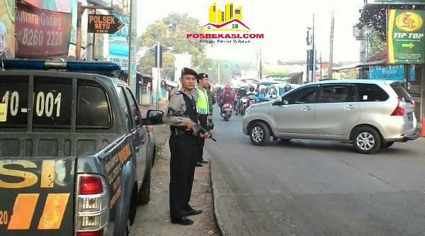 Penjagaan anggota Polisi yang tengah bertugas mengatur lalu lintas dikawal anggota dengan body system.[RAD]