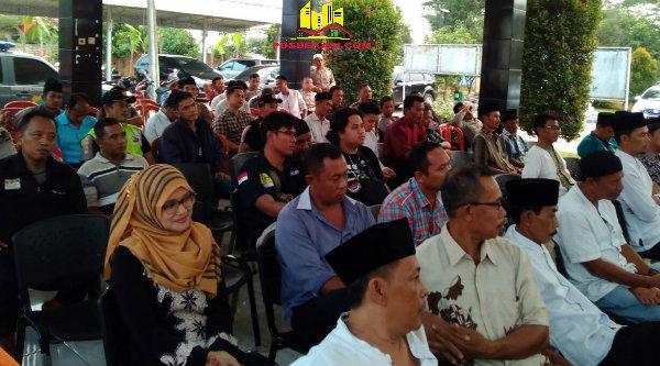 Masyarakat Setu hadiri acara syukuran dan buka puasa bersama pada HUT Bhayangkara ke-70 di Desa Cibening, Setu, Kabupaten Bekasi, Jumat (1/7/2016).[SOF]