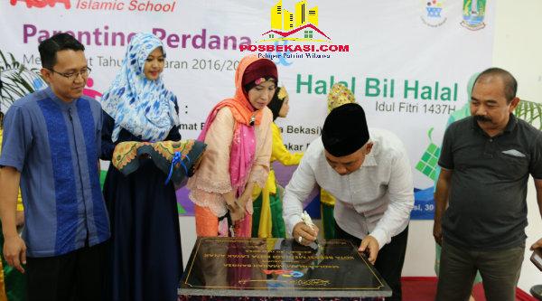 Walikota Bekasi, Rahmat Effendi menandatangani prasasti Asa Islamic School.[IDH]