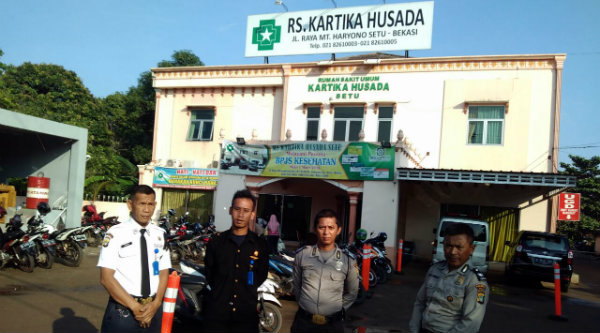 Pengamanan RS Kartika Husada Bekasi oleh aparat kepolisian dari Polsek Setu.[SOF]