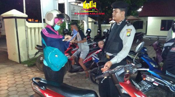 Petugas saat memeriksa surat dan kelengkapan kenderaan sepeda motor.[RAD]