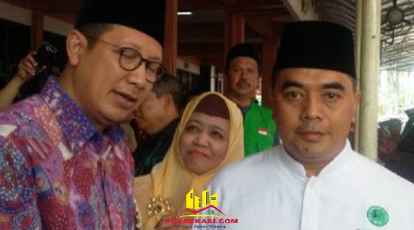 Anggota Dewan Pembina IPHI Jabar, H.Syahrir dan Menang Lukman Hakim Syaifuddin, usia pelantikan pengurus IPHI Jabar masa Khidmat 2016-2021, di Gedung Asrama Haji Kota Bekasi pada Selasa (19/7/2016).[YAN]