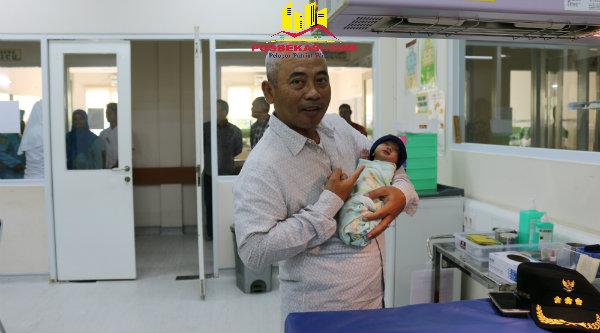 Walikota Bekasi, Rahmat Effendi, menggendong bayi Sinta yang lahir prematur.[IDH]