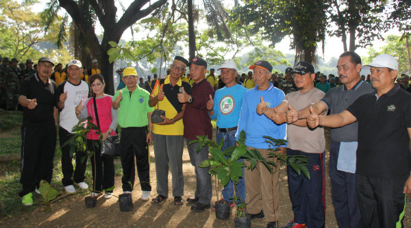 Walikota Bekasi, Rahmat Effendi, bersama Tiga Pilar dan masyarakat di Danau Duta Harapan yang akan jadikan wisata air Bekasi.[IDH]